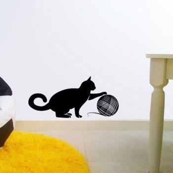Gombolyaggal játszó cica, falmatrica