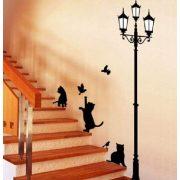 Kandelláber alatt játszó cicák, falmatrica a Dekormatricák webáruházban