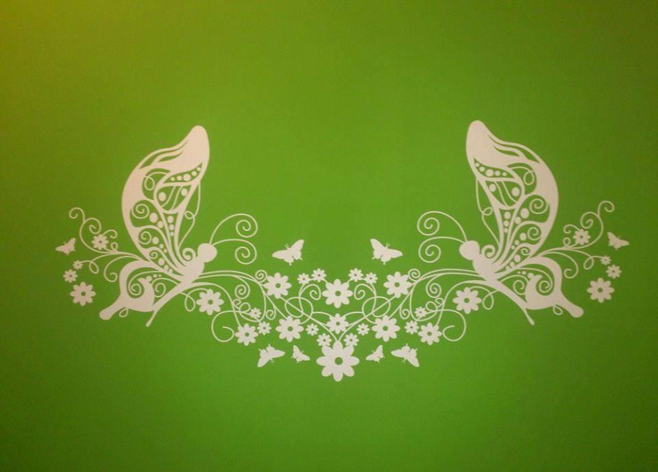 Zöld falon is jól mutat a pillangós matricánk